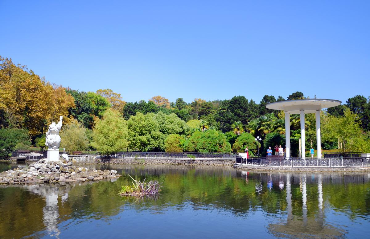 3. Нижний парк. Пруд с белыми лебедями, беседкой и статуей Нептуна.